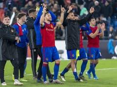 Die Spieler bedanken sich für den Support aus der Muttenzerkurve (Bild: KEYSTONE/GEORGIOS KEFALAS)