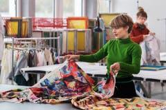 Nina Orgiu, studiert Textildesign an der Hochschule für Design und Kunst in der Viscosistadt in Emmenbrücke. Hier ist sie bei der Arbeit in der Druckwerkstatt.(Bild: Freie Fotografin/Eveline Beerkircher)