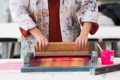 Yvee Nogara, studiert Textildesign an der Hochschule für Design und Kunst in der Viscosistadt in Emmenbrücke. Hier in der Druckwerkstatt.(Bild: Freie Fotografin/Eveline Beerkircher)