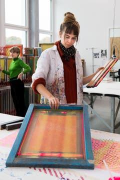 Yvee Nogara, studiert Textildesign an der Hochschule für Design und Kunst in der Viscosistadt in Emmenbrücke, bei der Arbeit in der Druckwerkstatt.(Bild: Freie Fotografin/Eveline Beerkircher)