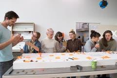 Studenten in der Schmuckwerkstatt. (Bild: Freie Fotografin/Eveline Beerkircher)
