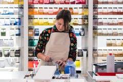 Eine Studentin im Raum für Farbe. (Bild: Freie Fotografin/Eveline Beerkircher)