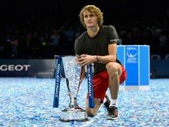 Qualifizierte sich erst auf den letzten Drücker für die ATP Finals, weiss aber wie man in London triumphiert: Vorjahressieger Alexander Zverev (Bild: KEYSTONE/EPA/WILL OLIVER)