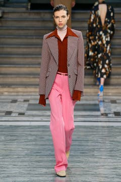 Victoria Beckham nimmt den Bougie-Trend nicht ganz ernst: Zu weite Kragen und Pink brechen mit konventionellen Mustern. Bild: Getty Images