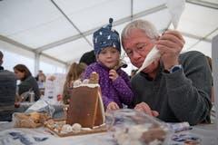 Stefan Hälg hilft Mailin Widmer mit dem Zuckerguss. (Bild: Corinne Glanzmann, Malters, 9. November 2019)