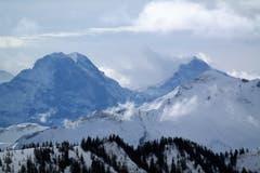 Die Bergstation vom Brienzer Rothorn und der Eisee Sessellift von einer eher ungewohnten Perspektive. Eiger, Mönch und Jungfrau sehen schon fast bedrohlich nahe aus! (Bild: Stephan Rubi (Unterhalb Fürstein, 9, Februar 2019))