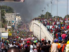 In Haiti sind am Samstag erneut Tausende gegen den Präsidenten auf die Strasse gegangen. (Bild: KEYSTONE/AP/DIEU NALIO CHERY)