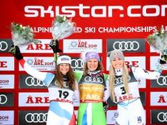 Corinne Suter (Nummer 19) strahlt mit Weltmeisterin Ilka Stuhec und Lindsey Vonn um die Wette (Bild: Dominik Angerer / Keystone)