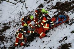 Vor dem Bergen der Verletzten musste das schwere Material zum Unfallfahrzeug transportiert werden. (Bild: Sepp Odermatt (Stansstad, 9. Februar 2019))