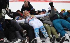 Lindsey Vonn feiert mit dem US-Team. (Bild: Marco Trovati / AP)