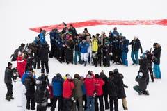 Lindsey Vonn lässt sich vom US-Ski-Team feiern. (Bild: Jean-Christophe Bott / Keystone)