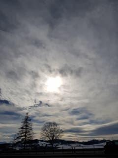 Die Sonne blinzelt durch die Wolken in Gossau. (Bild: Reto Schlegel)