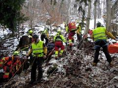 Aus Sicherheitsgründen mussten sich alle Retter anseilen. (Bild: Kapo Nidwalden (Stansstad, 9. Februar 2019))