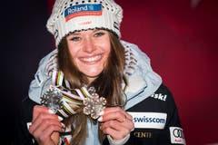 Corinne Suter präsentiert ihre beiden WM-Medaille: Silber in der Abfahrt, Bronze im Super-G. (Bild: Jean-Christophe Bott / Keystone)