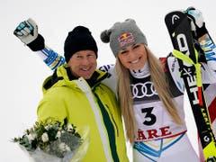 Ingemar Stenmark, mit 86 Siegen der Rekordgewinner im Weltcup, erweist Lindsey Vonn (82 Siege) die Ehre (Bild: Auletta Giovatti / Keystone)