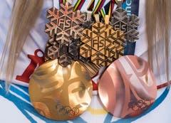 Lindsey Vonn mit ihren Medaillen. (Bild: Jean-Christophe Bott / Keystone)