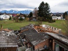 Ein halb abgedecktes Dach nach Sturm «Uwe». (Bild: KEYSTONE/GIAN EHRENZELLER)