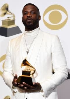 Jay Rock mit dem Grammy für die beste Rap-Darbietung («King's Dead»). (Bild: Chris Pizzello/Invision/AP (Los Angeles, 10. Februar 2019))