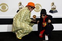 Anderson .Paak und sein Sohn Soul Rasheed posieren mit dem Grammy für die beste Rap-Darbietung («Bubblin»). (Bild: John G. Mabanglo (Los Angeles, 10. Februar 2019))