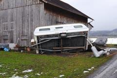 Diesen Wohnwagen bei einem Stall zwischen Haag und Sax hat der Sturm am Sonntagabend umgeworfen. (Bild: Corinne Hanselmann)