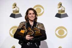 Brandi Carlile mit den Grammys für das beste Americana-Album («By The Way, I Forgive You»), die beste Roots-Darbietung («The Joke») und das beste American-Roots-Lied («The Joke»). (Bild: Chris Pizzello/Invision/AP (Los Angeles, 10. Februar 2019))