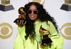 H.E.R. zeigt ihre Grammys für das beste R&B-Album («H.E.R.») und die beste R&B-Darbietung («Best Part»). (Bild: Chris Pizzello/Invision/AP (Los Angeles, 10. Februar 2019))
