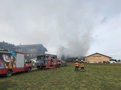 Die Feuerwehr ist mit einem Grossaufgebot vor Ort. (Bild: Dominik Wunderli)