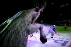 Davos' Goalie Gilles Senn betritt das Eis, beim Eishockey-Qualifikationsspiel der National League A zwischen dem HC Davos und dem EV Zug, am Dienstag, 12. Februar 2019, in der Vaillant Arena in Davos. (KEYSTONE/Gian Ehrenzeller)