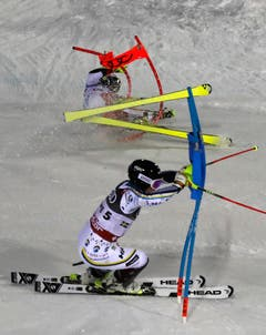 Der Schwede Mattias Hargin während Daniel Yule stürzt. (Bild: Gabriele Facciotti/AP)