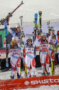 So sehen Sieger aus: Die Schweizer Skirennfahrerinnen und Skirennfahrer nach dem Gewinn der Goldmedaille im Team-Event. (Bild: Valdrin Xhemaj/EPA)