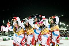 Andrea Ellenberger, Sandro Simonet, Aline Danioth, Ramon Zenhäusern, Wendy Holdener und Daniel Yule of Switzerland (r.n.l.). (Bild: KEYSTONE/Jean-Christophe Bott)