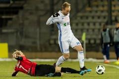 Der Krienser Marco Wiget (vom Boden) kann gegen Nicolas Getaz klären. (Bild: Pascal Muller / Freshfocus)