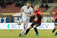 Roman Buess von Lausanne-Sport vor SCK-Spieler Marco Wiget am Ball. (Bild: Pascal Muller / Freshfocus)