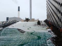 Skifahrer und Snowboarder gleiten auf Kunststoffmatten die 450 Meter lange Abfahrt hinunter. (Bild: Alexander Vissing)