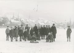 Der Zugersee fror im Februar 1929 vollständig zu. Zugerinnen und Zuger freuten sich über das Ereignis und posierten für ein Foto. (Bild: Staatsarchiv Zug (Sammlung Werner Spillmann))