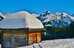 Ein Alpgebäude im Winterkleid mit Blick Richtung Hahnen. (Bild: Hans Burch, Wolfenschiessen, 15. Februar 2019)
