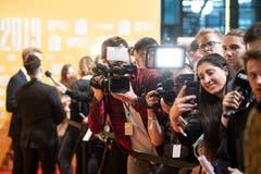 Die Medien belagern den Roten Teppich vor dem KKL während der Verleihung der Swiss Music Awards. (Bild: KEYSTONE/Urs Flueeler (Luzern, 16. Februar 2019))