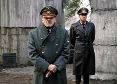 Bruno Ganz als Adolf Hitler (vorne) und Heino Ferch als Hitlers Reichsarchitekt Albert Speer in einer Szene des Kinofilms «Der Untergang». (Bild: Keystone)