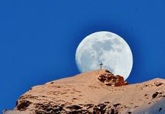 Der Mond hat ein Randezvous mit dem Hahnenkreuz.(Bild: Hans Burch (Engelberg, 17. Februar 2019))