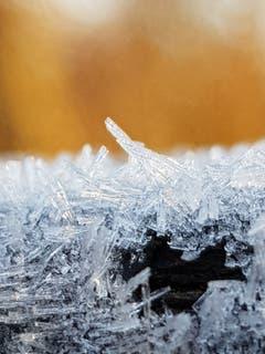 Eiskristalle an einer Tischkante. (Bild: Reto Schlegel)