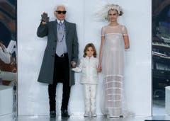 Karl Lagerfeld mit Model Cara Delevingne bei der Modepräsentation für Chanel 2014 in Paris. (Bild: Ian Langsdon / EPA)