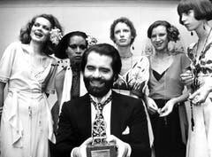 Karl Lagerfeld zeigt sich 1973 bei einer Auszeichnung inmitten einiger Models. (Bild: Willi Bertram / DPA)