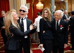 Karl Lagerfeld tanzt 2010 zusammen mit Ricky Lauren (links), Gattin des Modedesigners Ralph Lauren (rechts), der sich mit der ehemaligen Vogue-Chefin Carine Roitfeld abgibt. (Bild: Keystone)