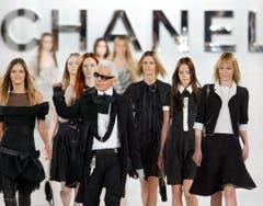 Karl Lagerfeld 2005 bei der Präsentation von Chanel. (Bild: Olivier Hoslet / EPA)