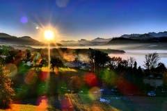 Sonnenaufgang über den Bergen und dem See. (Bild: Walter Buholzer, Konservatorium, 18. Februar 2019)
