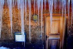 Stalaktiten in Eisform hängen vom Dach des Restaurant Ahorn im Weisstannental. Tagsüber die Schmelze - Nachts das Gefrieren. (Bild: Herbert Brändle)