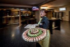 In der Braui Hochdorf: Vreni Huber trägt Apéro-Platten zum Buffet. (Bild: Pius Amrein, Hochdorf, 18. Februar 2019)