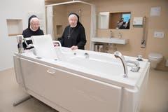 Priorin Daniela und Äbtissin Pia (von links) begutachten das Pflegebad des Josefhauses.