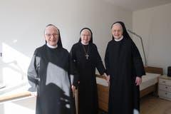 Priorin Daniela, Äbtissin Pia und Priorin Margrith (von links) in einem der frisch renovierten Zimmer.