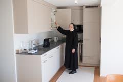 Priorin Margrith zeigt die kleine Küche im Gemeinschaftsraum der Schwestern aus Wikon im Haus Nazareth.